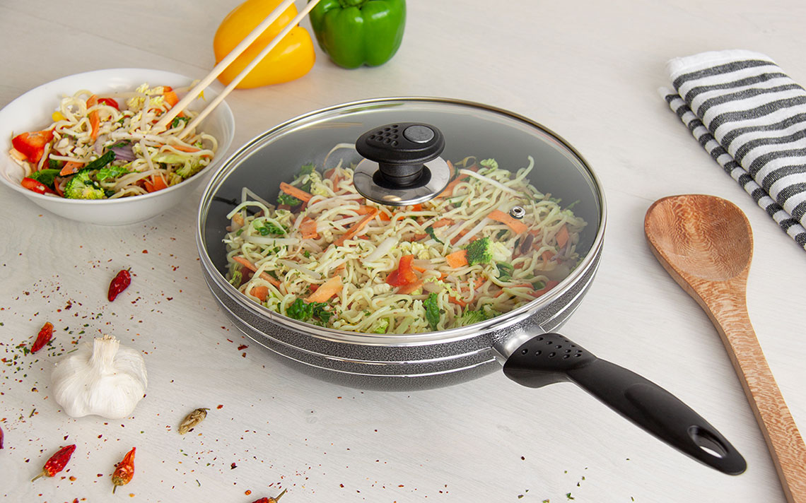 una nonstick Long handle Wok - 1