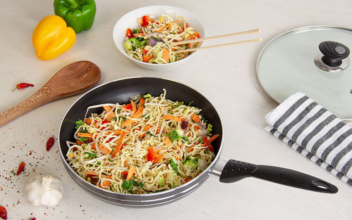una nonstick Long handle Wok - 5